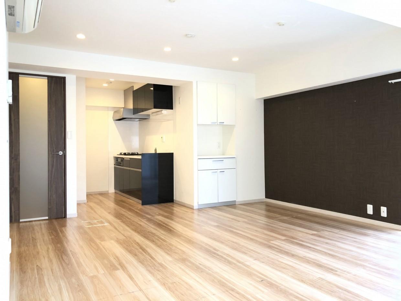 広いLDKにキッチン、脱衣所、居室が隣接している空間